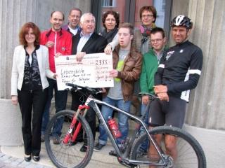 Scheckübergabe der Spendenradtour zugunsten der Lebenshilfe und des Forums für Teilhabe
